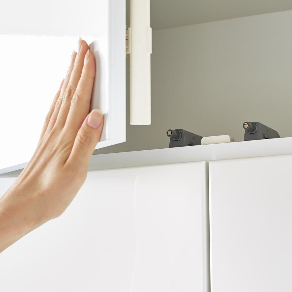 美しく飾れる壁面シューズクローゼット オーダー上置き(2枚扉) 幅60cm高さ26~90cm 棚はプッシュ式なので簡単に開閉できます。