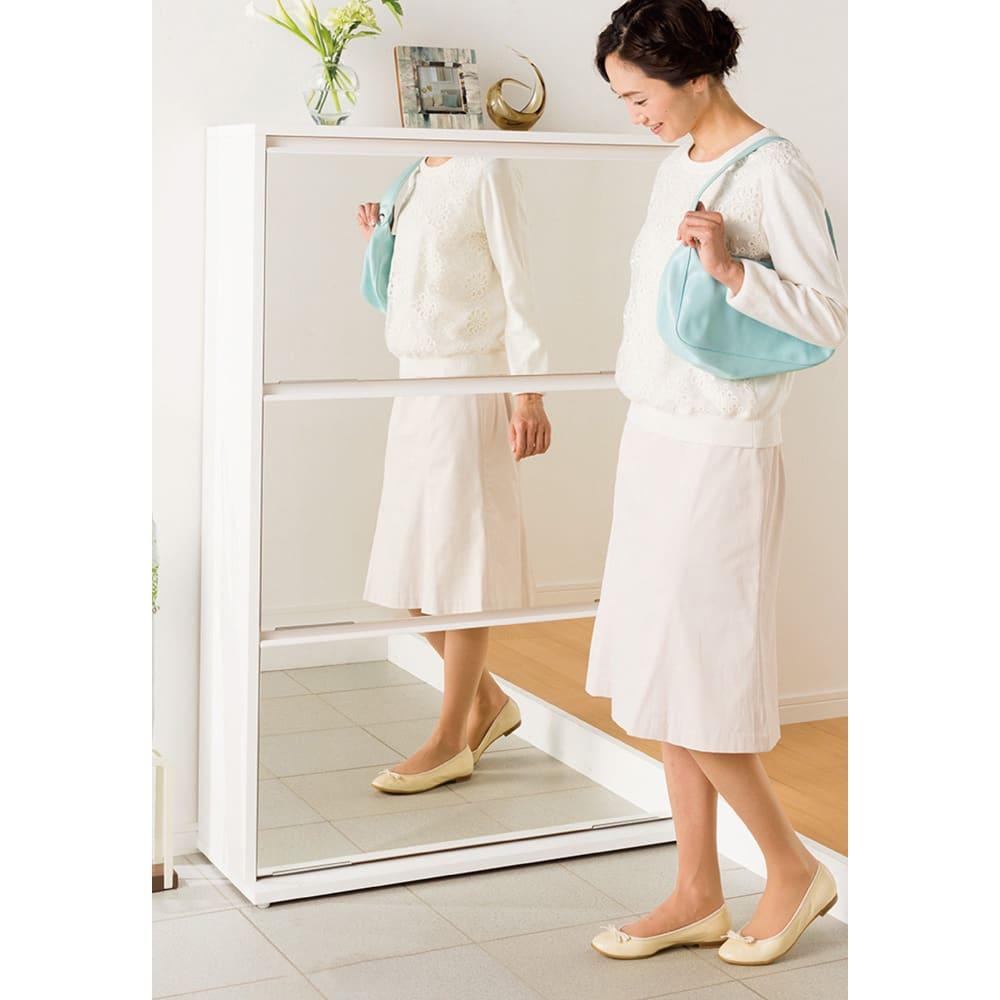 静かに開閉するミラー扉の薄型シューズボックス 4段 幅70cm ミラー付きなのでお出かけ前のチェックも叶います。(※写真は幅90cm・3段ダブルタイプ)