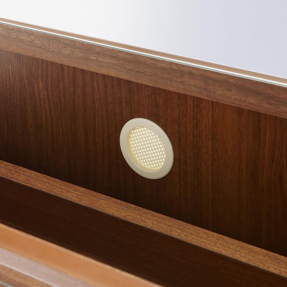 静かに開閉するミラー扉の薄型シューズボックス 4段 幅70cm 通気性を確保するために本体背面には通気孔があります。