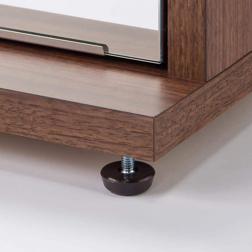 静かに開閉するミラー扉の薄型シューズボックス 4段 幅70cm 地板は、本体より5cm間に出ており、前倒れを防ぎます。転倒防止金具も付属しております。