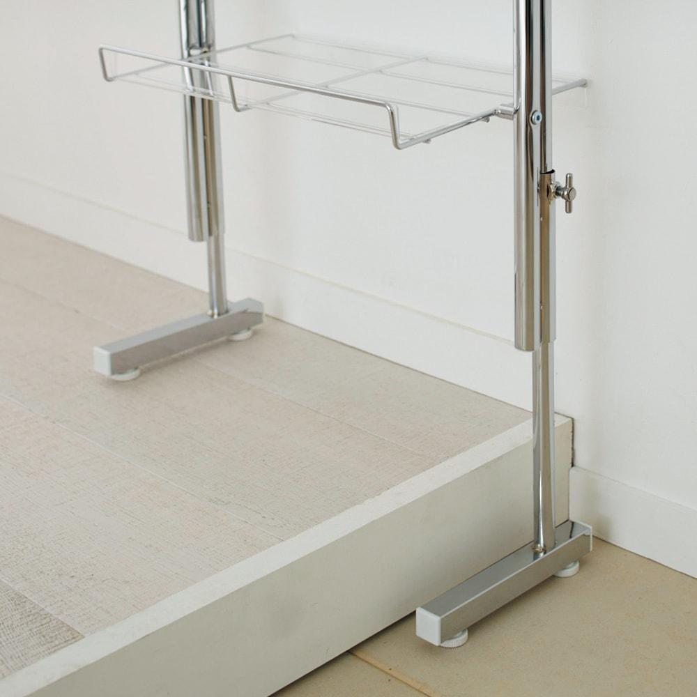 段差対応突っ張りアクリルシューズラック 3列タイプ 幅71.5cm 脚部の高さ伸縮が可能なのでかまちをまたいで設置可能。スチール製のつまみでしっかり固定できます。