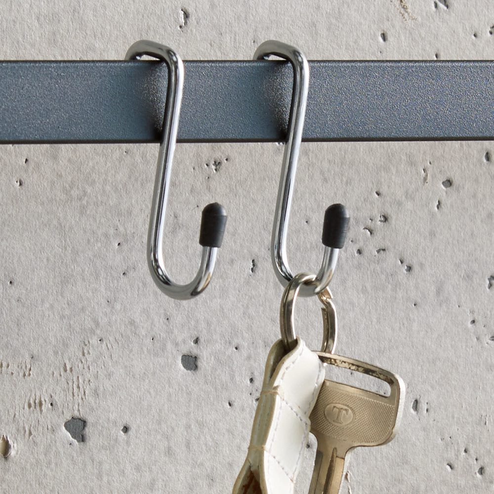 ブルックリン風 突っ張りブティックハンガー 幅65cm フック小には鍵や靴ベラなど細々した物を。