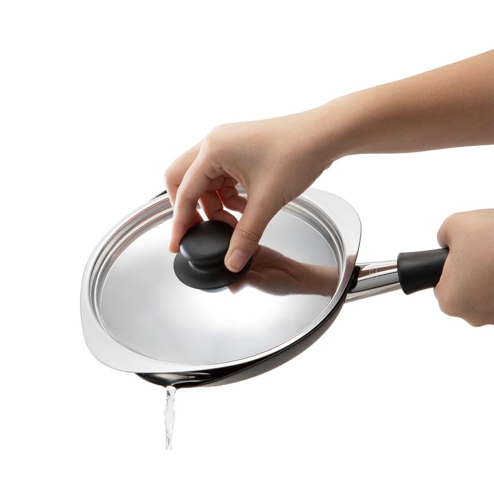 柳宗理 鉄のフライパン(蓋付き) 注ぎ口が両側に。フタを回せば隙間ができる。