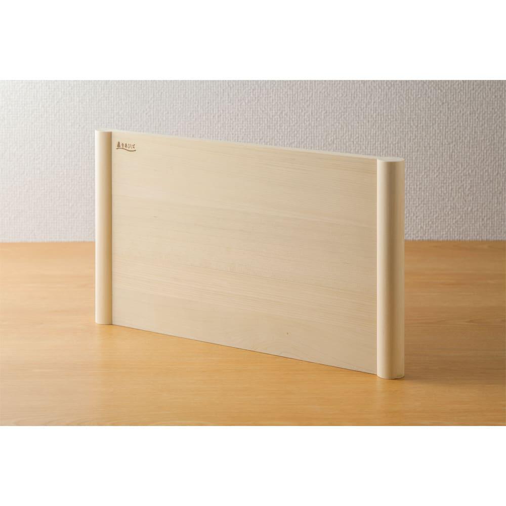 浮かせて使える青森ヒバのまな板 立てて乾かせれる自立式。