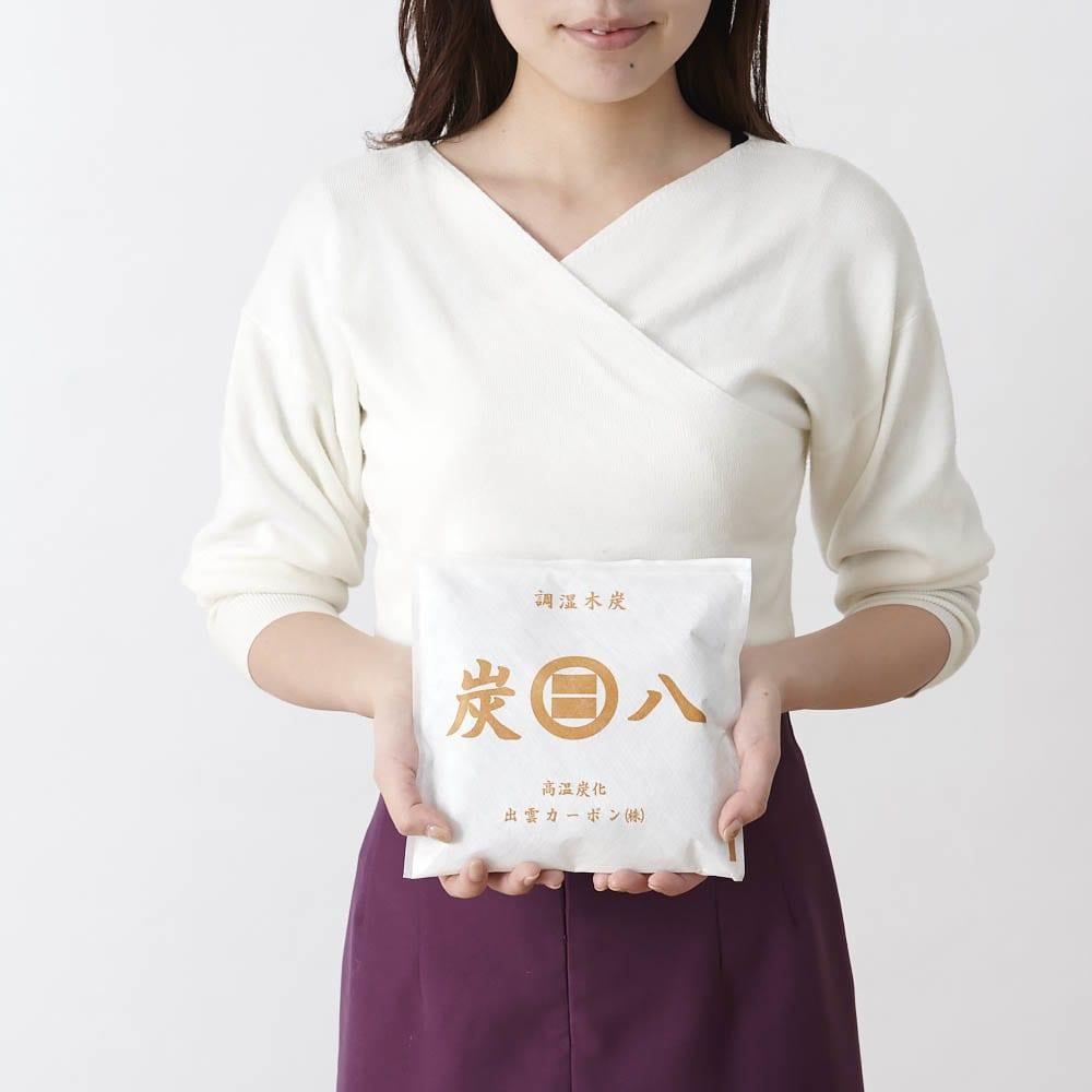 調湿木炭「出雲屋 炭八」 スマート小袋(0.4L)6個組 0.4リットルのスマート小袋 手に持った時のサイズ感はこのような感じです。