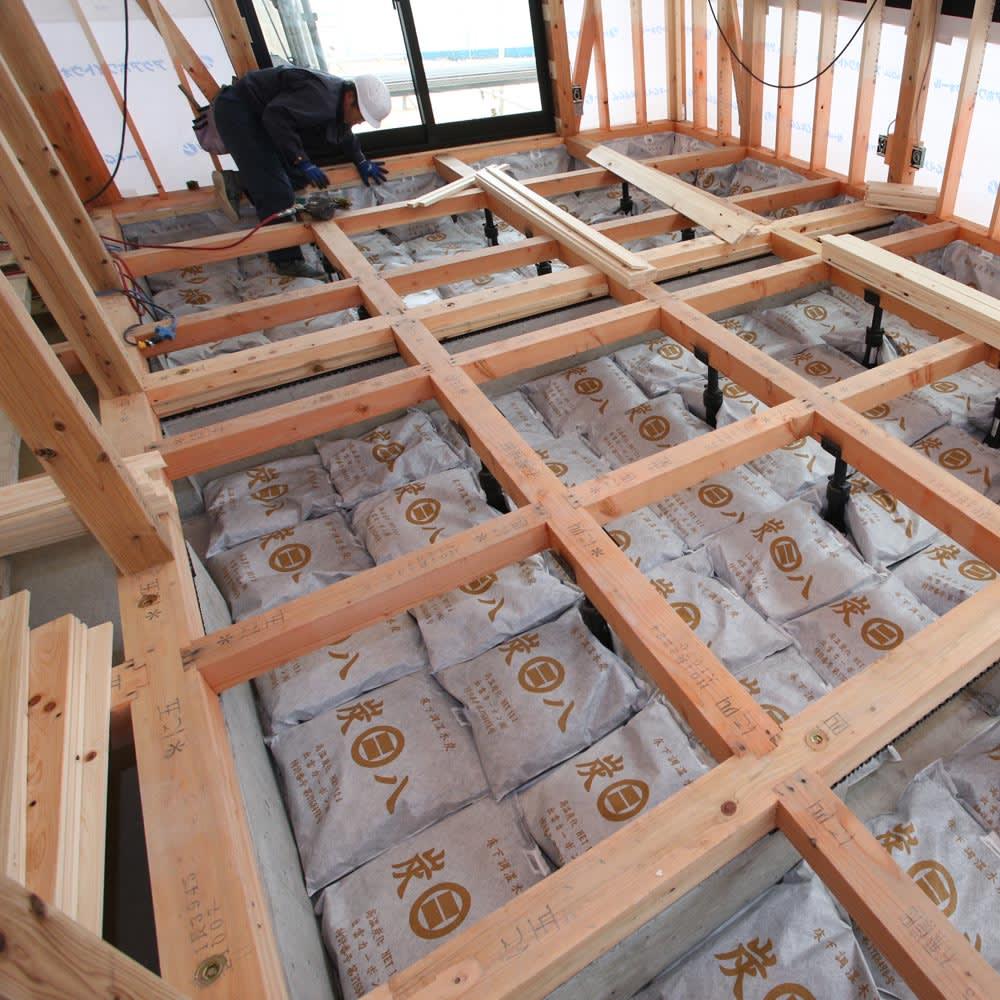 調湿木炭「出雲屋 炭八」 スマート小袋(0.4L)6個組 「炭八」は、もともとは建材用として床下や天井に使われていた、プロ仕様の実力です。 ※写真はイメージ。実際にお届けするのは「スマート小袋(0.4L)」です。