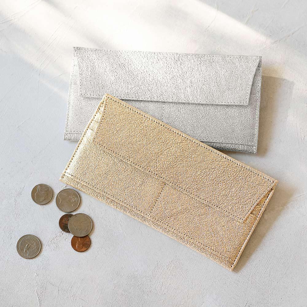 イントロダクション 薄型ポケットウォレット 上から(イ)シルバー、(ア)プラチナゴールド