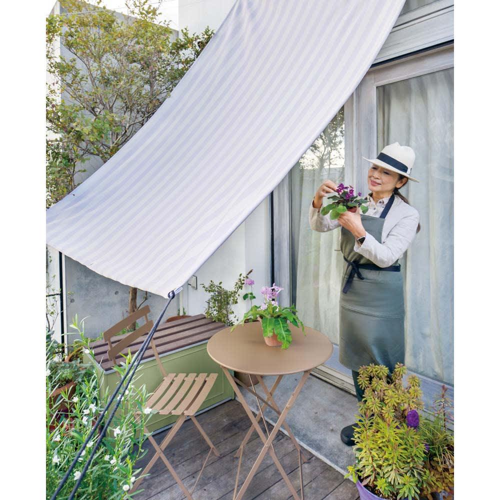 遮熱サンシェード ストライプ 180×270cm (ア)ニュアンスグレー(吉谷さんオリジナルカラー) 気品のあるグレーのシェードは空間を明るく見せます。白壁の住宅もおしゃれに。
