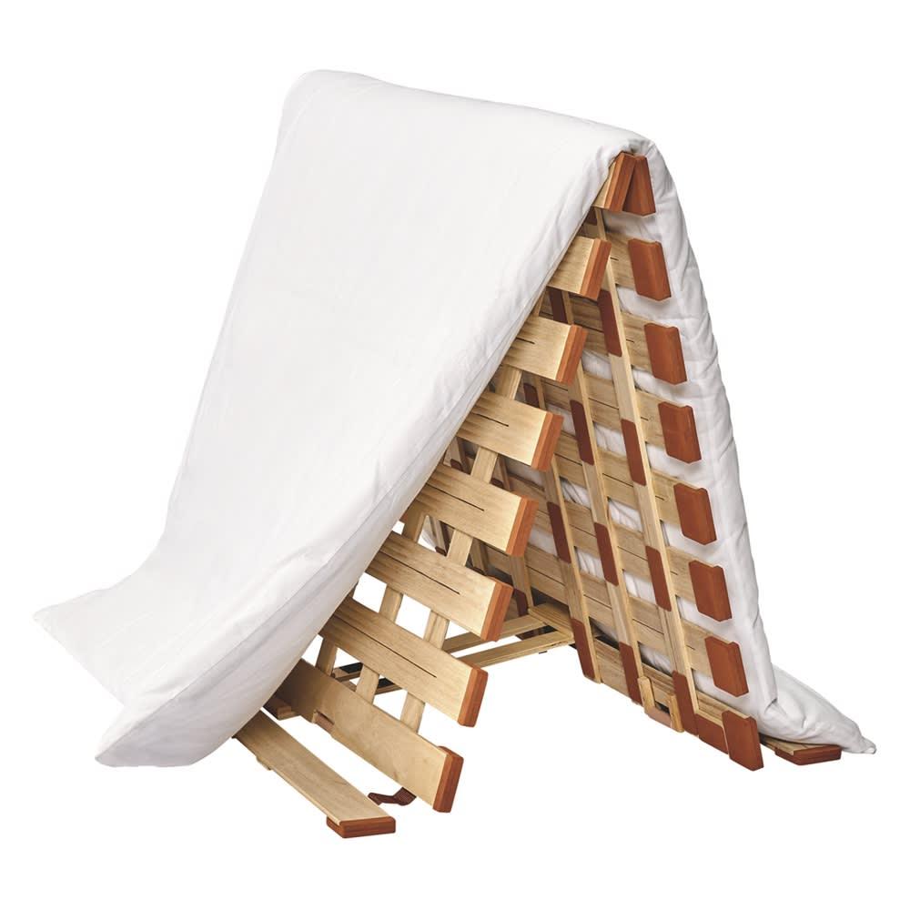 気になる湿気対策に薄型・軽量桐天然木すのこベッド 2つ折りタイプ 【2つ折りタイプ】 女性でも布団が干しやすい高さにリニューアル。場所を取らずに布団が干せて、使わないときは約4cmの薄さにたためて収納もしやすいです。 ワンタッチストッパー付き。