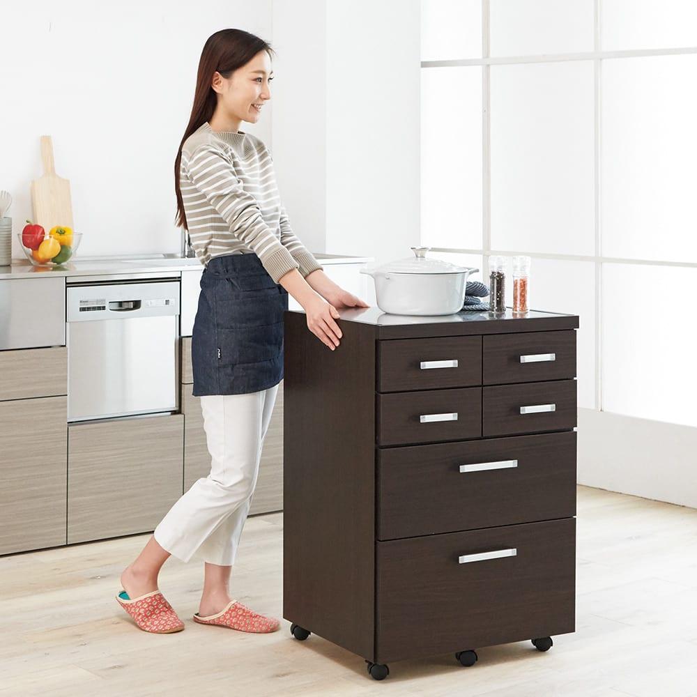 【分類して効率収納】引き出しいっぱいステンレストップカウンター 幅60cm 幅60タイプはキッチンワゴンとしても活躍します。 (イ)ダークブラウン
