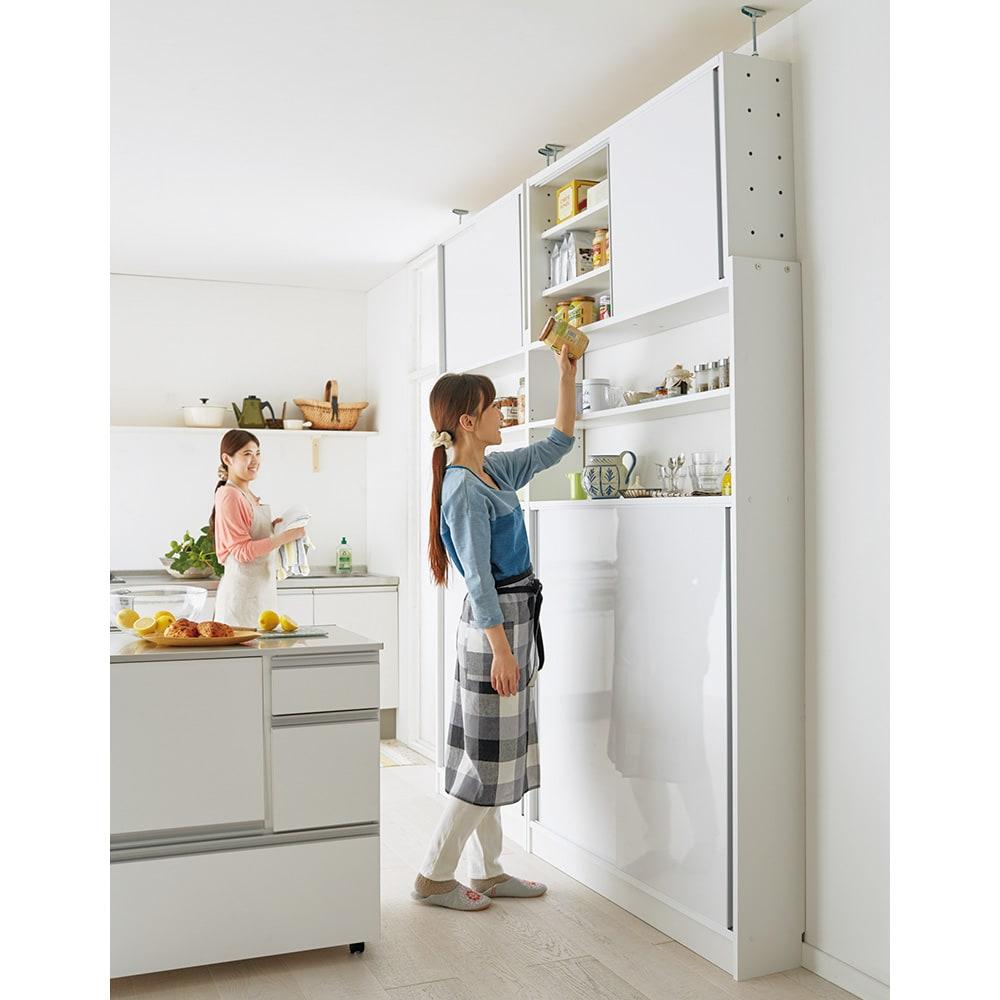 狭いキッチンでも置ける!薄型引き戸パントリー収納庫 奥行21cmタイプ 幅90cm たった21cmの奥行きでもしっかり収納。キッチンに嬉しい光沢感のある水ハネに強い素材を使用しています。