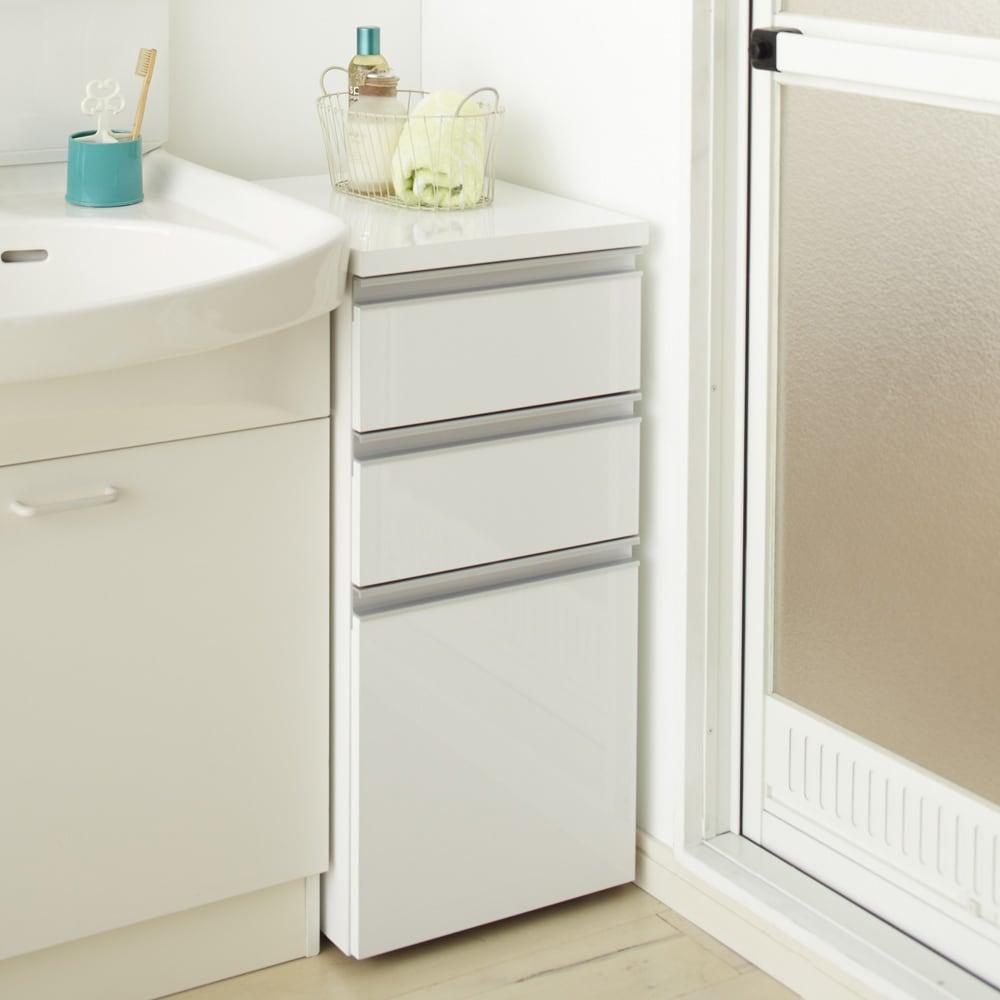 引き出し内部・背面化粧 キャスター付きホワイトチェスト 幅35cm 洗面台の横にぴったりの高さのすき間収納。天板も光沢仕上げで水がはねても安心。物が置けるのでとても便利に使えます。