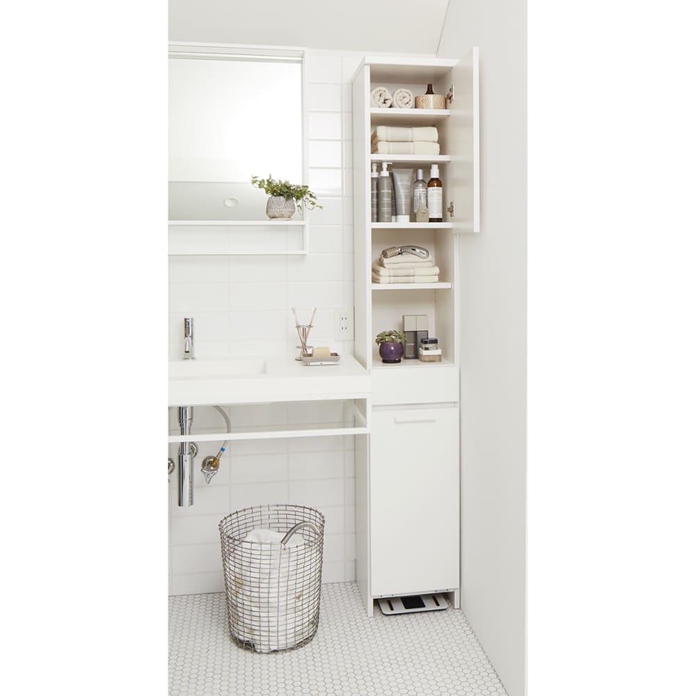 隠せる脱衣カゴ付きサニタリー収納庫 幅31cm カゴ小1個 洗面所の使い勝手が向上する、脱衣カゴ付きのスリムな収納庫。扉内の可動棚は3cm間隔9段階に、オープン部は5段階に高さ調節できます。