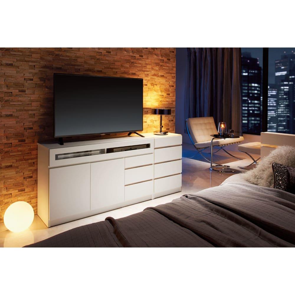 【完成品・国産家具】ベッドルームで大画面シアターシリーズ チェスト 幅45高さ70cm コーディネート例(ア)ホワイト ※お届けはチェスト幅45cmタイプです。
