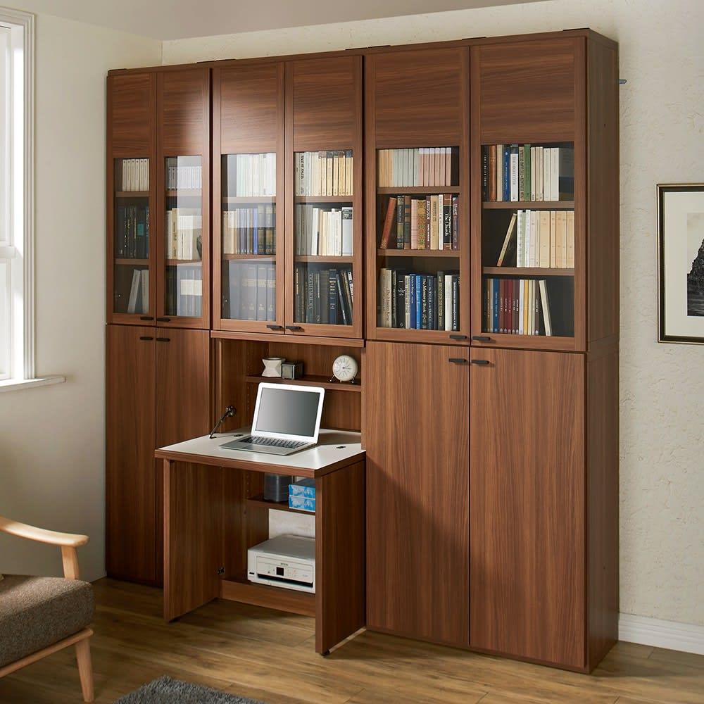重厚感のあるがっちりデスクと扉が選べる本棚上下セット+天井突っ張り金具 デスク+ガラス扉本棚(中央)と、シリーズ商品の組み合わせ例(ア)ブラウン ※写真の天井高さ250cm