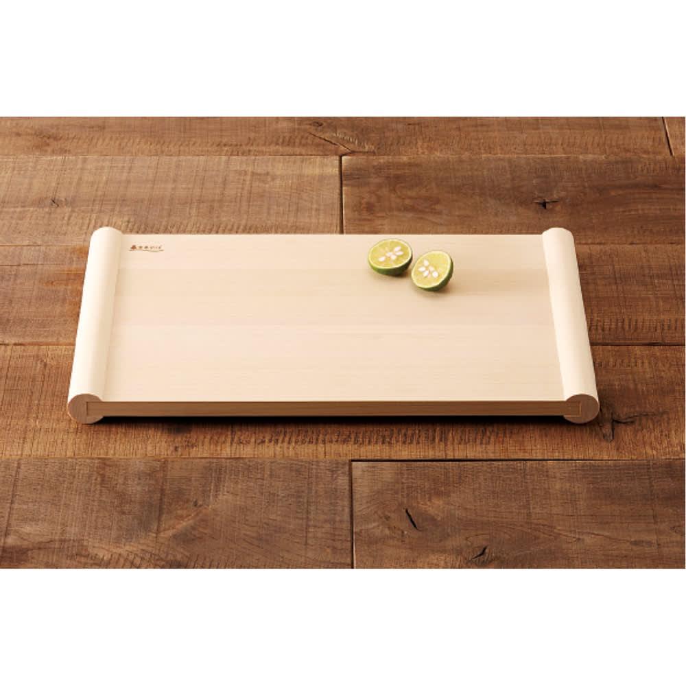 浮かせて使える青森ヒバのまな板 接地面がないから表裏ともいつも清潔。