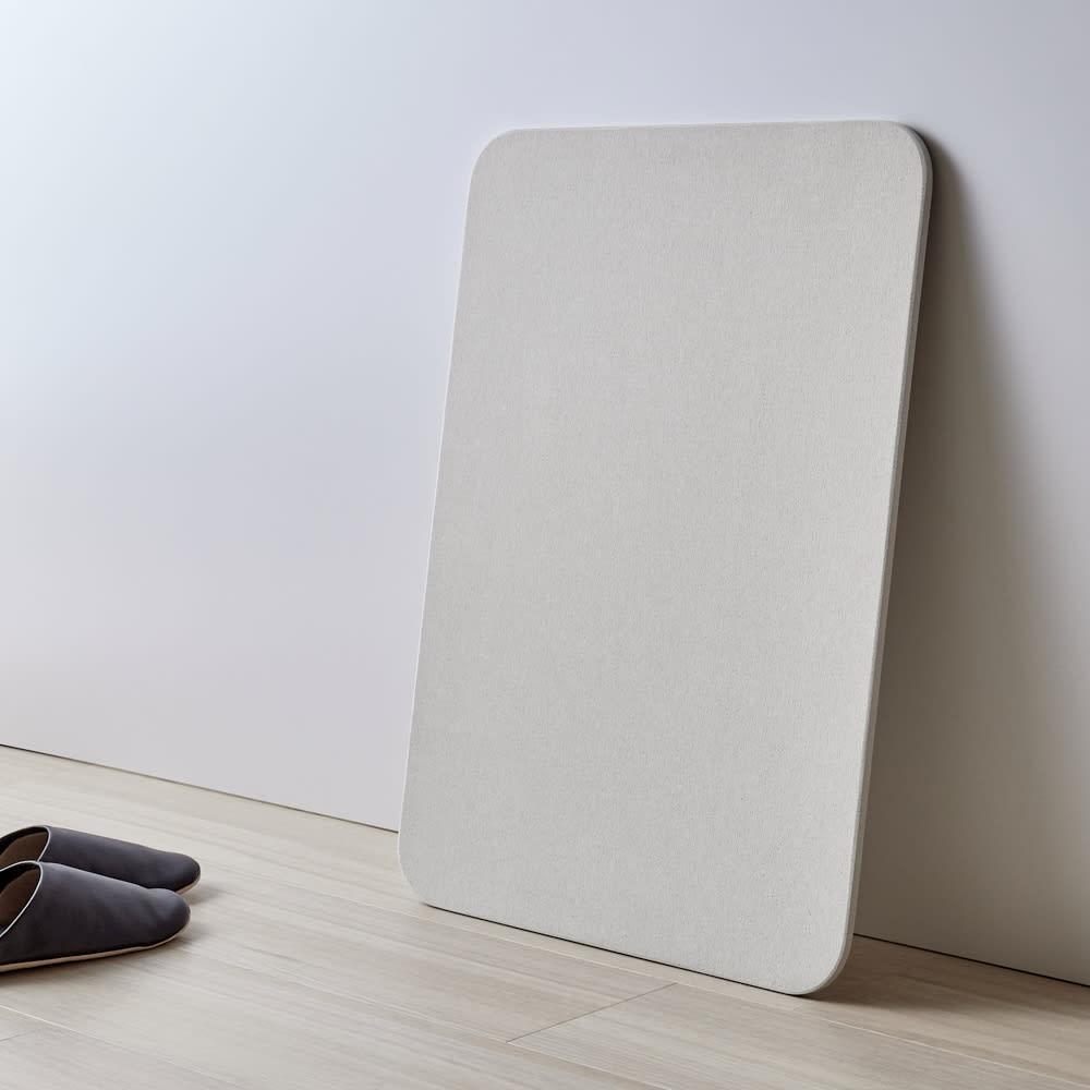 幅65・70cm/奥行40cm (soleau/ソレウ 吸水・速乾・消臭バスマット サイズオーダー) 立てかけて干すこともできます。※画像はシリーズ商品です。