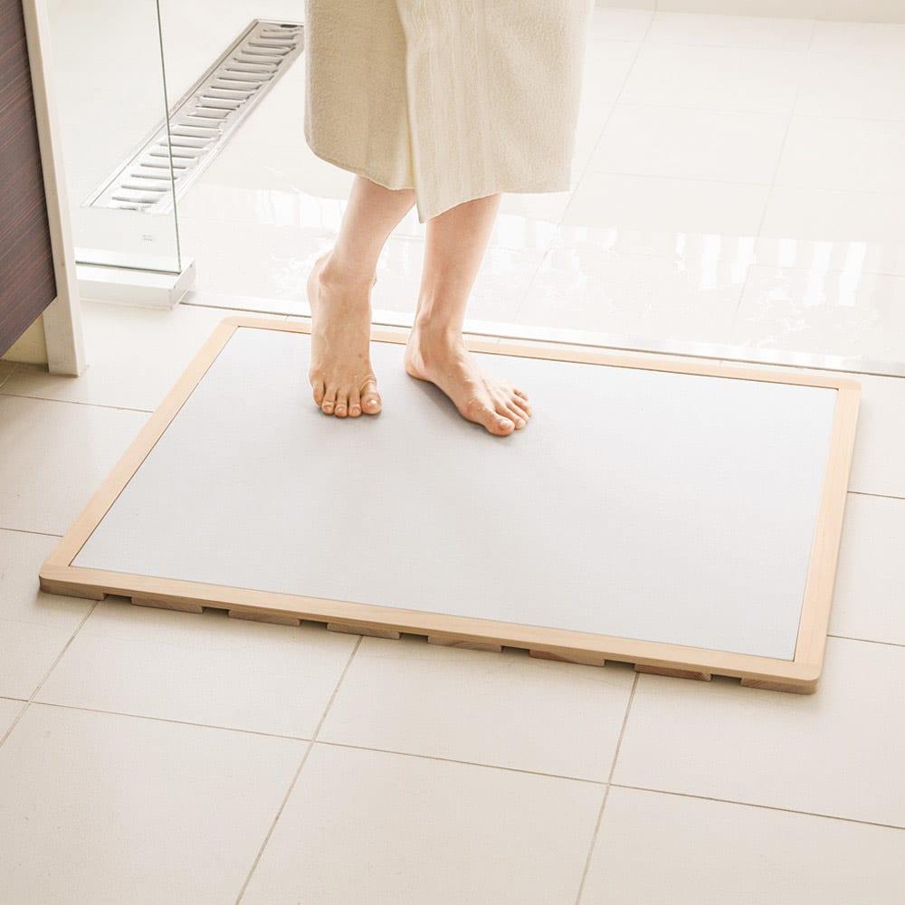 幅55・60cm/奥行50cm (soleau/ソレウ 吸水・速乾・消臭バスマット サイズオーダー) 使用イメージ ※写真のバスマットは幅80奥行60cmです。スノコは商品に含まれません。