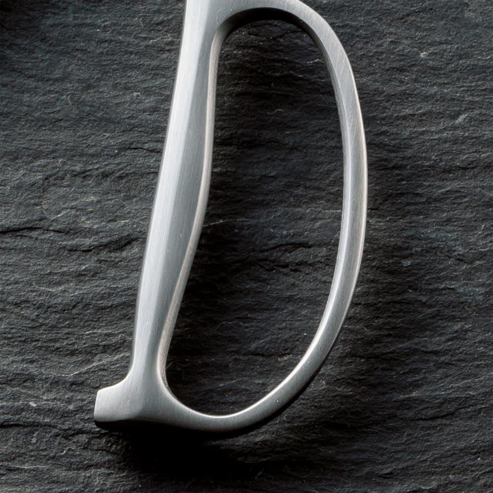 鍛造オールステンレス製 カーブキッチンバサミ 持ち手部分は外側は薄く、内側は握りやすいカーブ状。
