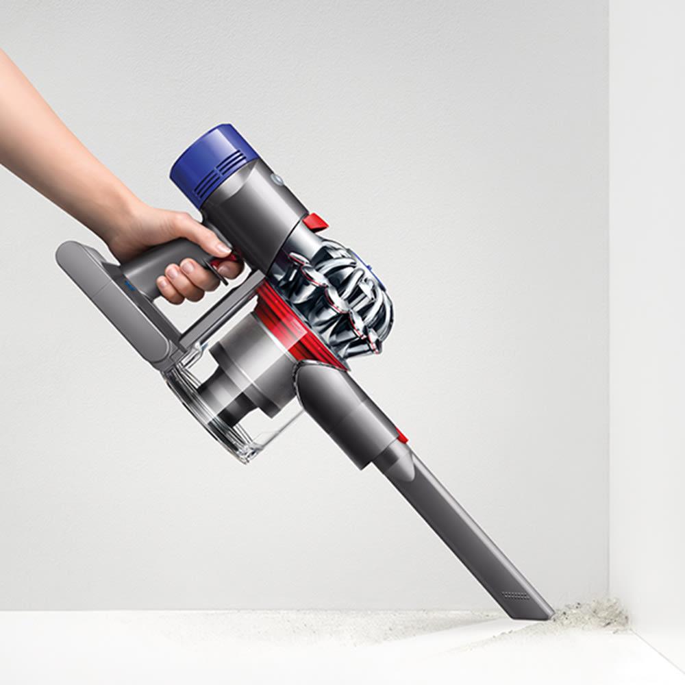 ダイソン スティッククリーナー SV11 スリム 隙間ノズル付き。狭い隙間や届きにくい場所の掃除に便利です。