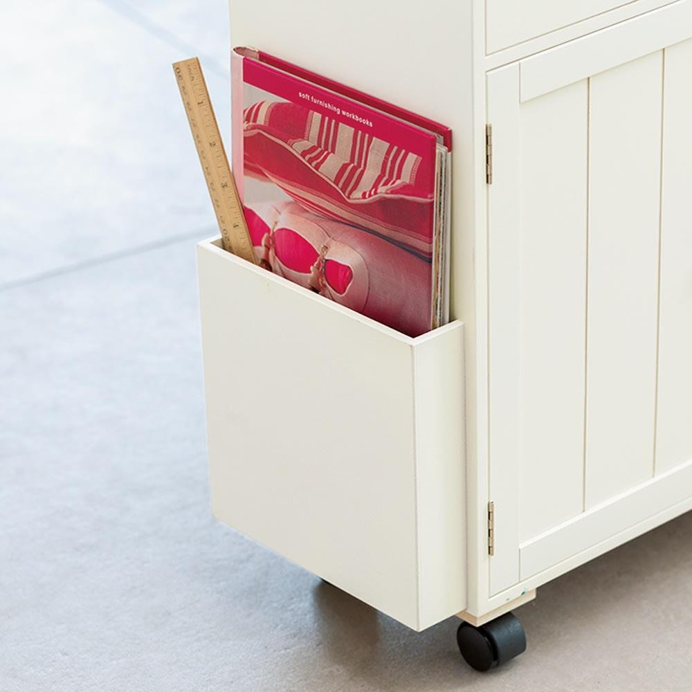 ミシン専用 裁縫用品 ひとまとめ収納ワゴン テキストやスケール類はサイドポケットに収納できます。