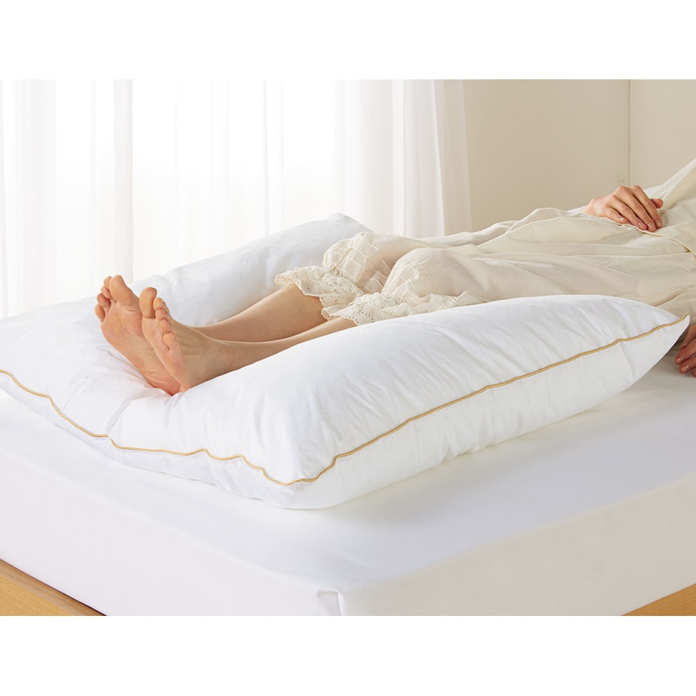 【フォスフレイクス】枕クラシック&ロイヤーレ 枕カバー付き 枕:ホワイト 足枕にして疲れた足もリラックス。