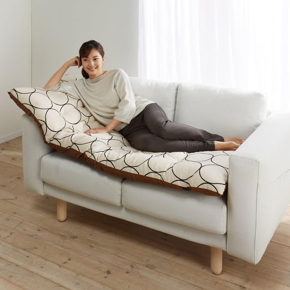 寝心地こだわりごろ寝布団 本体のみ 160cmタイプは、ソファーの上にもおすすめです。