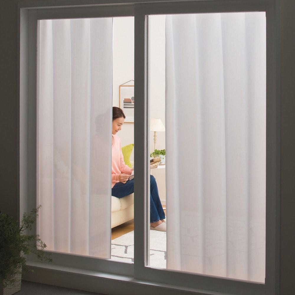 形状記憶加工多サイズ・防炎・UV対策レースカーテン 130cm幅(2枚組) 外から見えにくいのに、ほどよい透け感で適度な明るさをキープします。