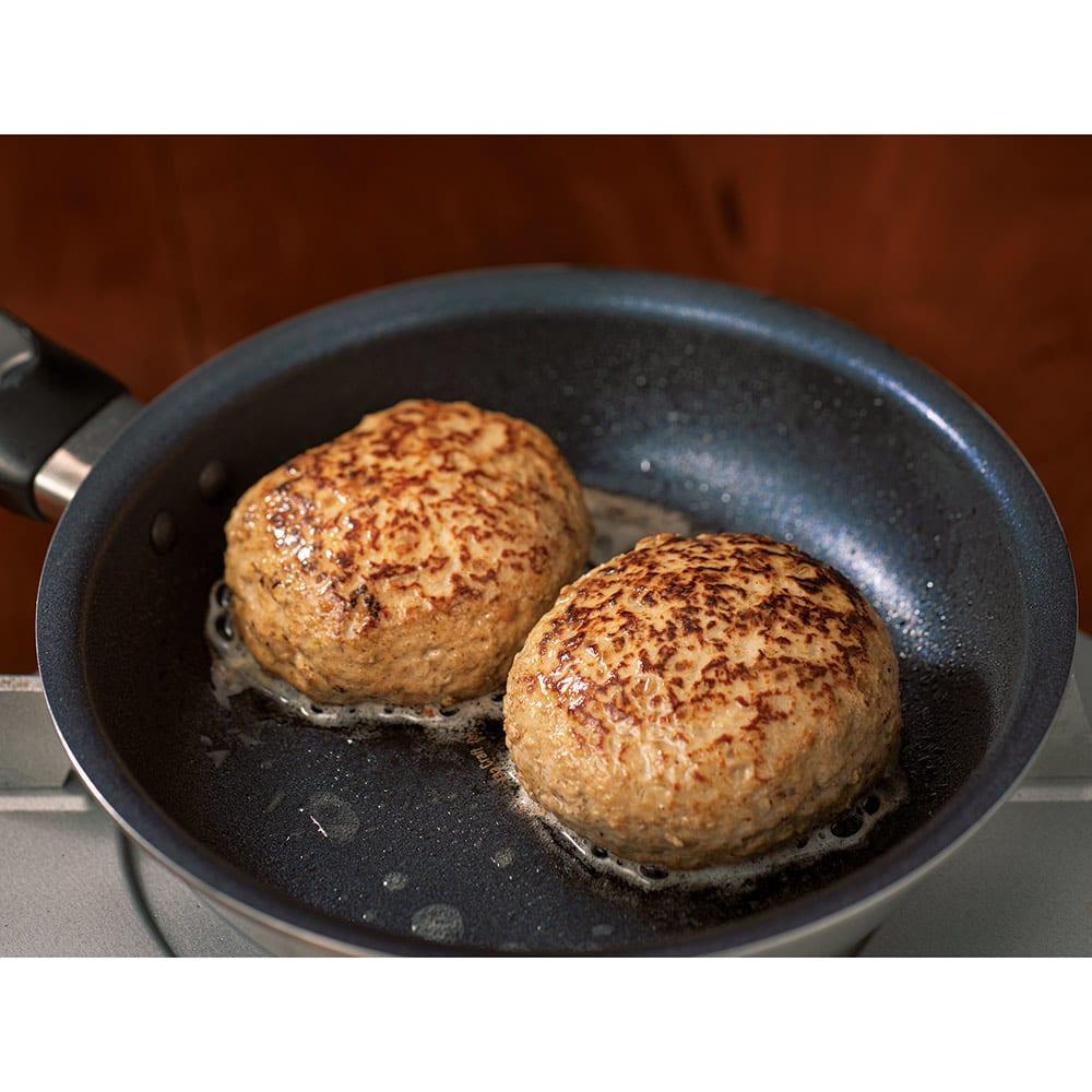 vitacraft/ビタクラフト 特別4点セット(深型24+フライパン20+無水フタ+蒸し板) 食材にじっくり熱を伝えるから分厚いハンバーグも中までしっかり美味しく焼き上げます。