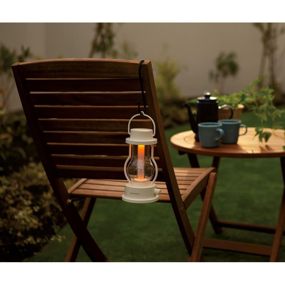 BALMUDA The Lantern / バルミューダ ザ ランタン (ア)ホワイト 防滴仕様なので、多少の雨でもOK。グランピングでの使用も。