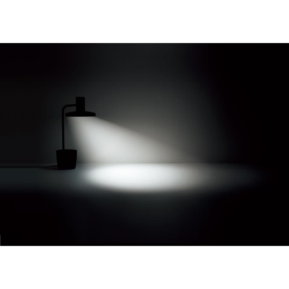 BALMUDA The Light / バルミューダ ザ ライト 離れた場所から広く手もとを照らします。利き手の反対側に置くことで、子どもの目線の先に影を作らない光を実現。