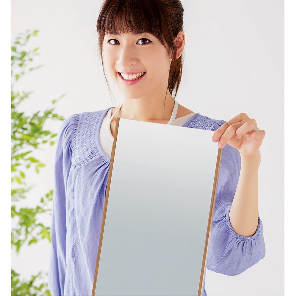 割れない軽量フィルムミラー 細枠 20×90cm とっても軽量!片手でヒョイッと持ち上がります。 (ウ)木目調