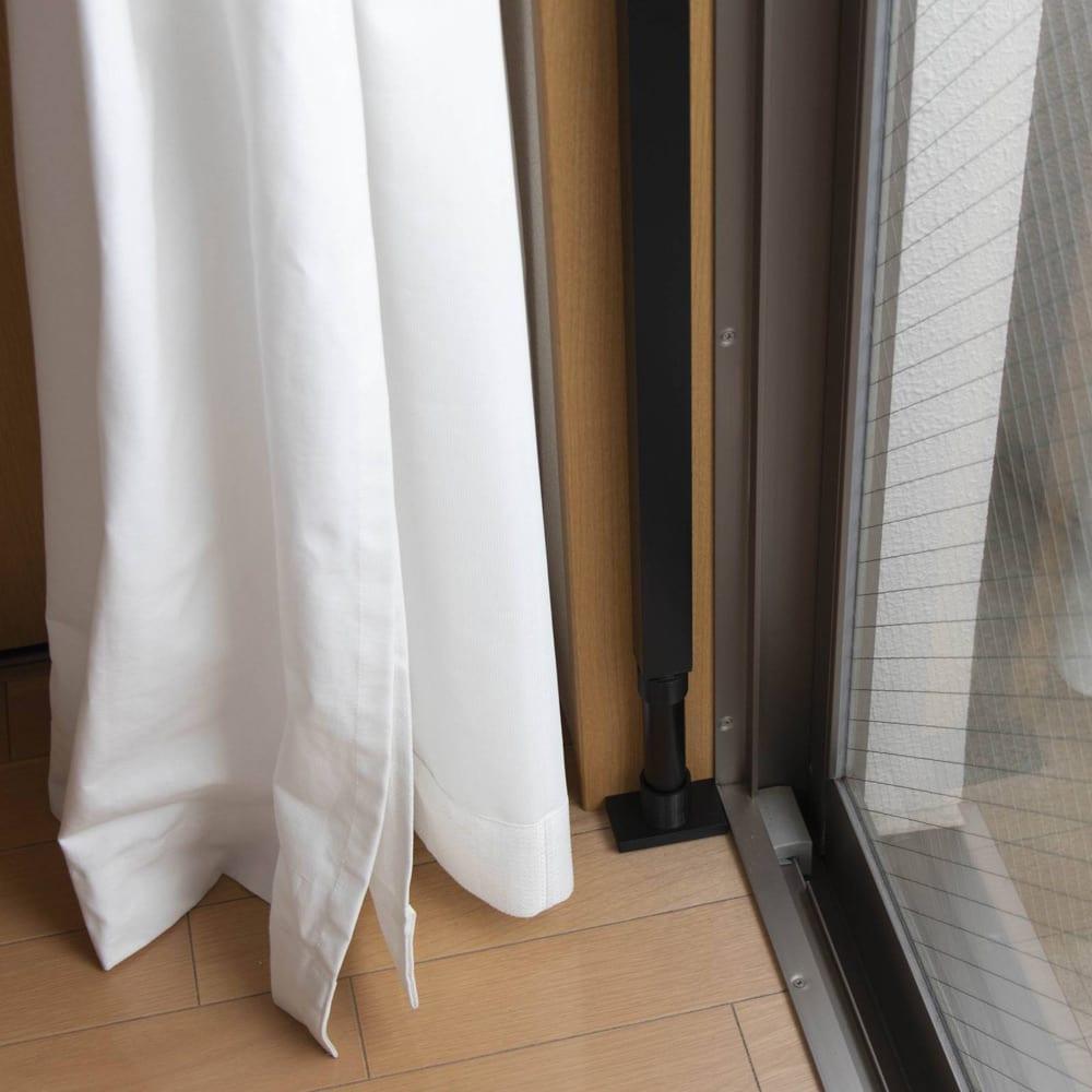 窓枠に収まる角型つっぱりアルミ物干し 突っ張っているポール部分の脚は奥行きわずか7cm。だから窓枠内にすっぽり収まります。(ご自宅の窓枠の寸法を事前にご確認ください)