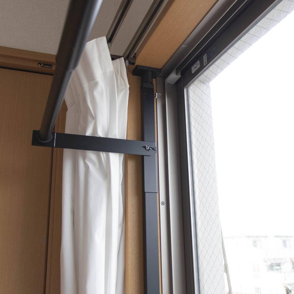 窓枠に収まる角型つっぱりアルミ物干し いちいち竿を取り外す必要はなく、竿はかけたまま竿受けごと下げることが出来るので簡単に収納可能。しまうときも使うときもあっという間です。
