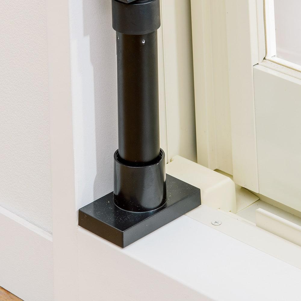 窓枠に収まる角型つっぱりアルミ物干し 奥行が7cmあれば設置可能。窓枠の中だけに納まります。