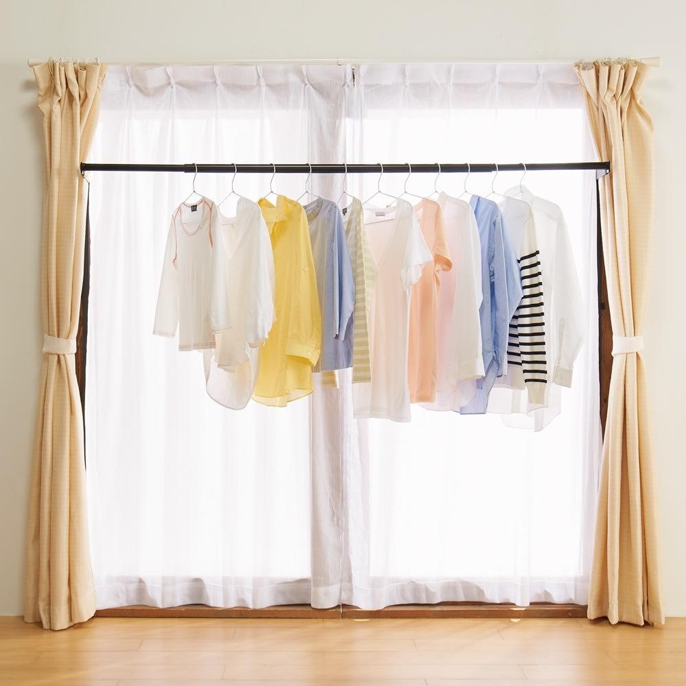 窓枠に収まる角型つっぱりアルミ物干し 洗濯物を干したまま内側のレースカーテンを閉められるから、外からも丸見えになりません。