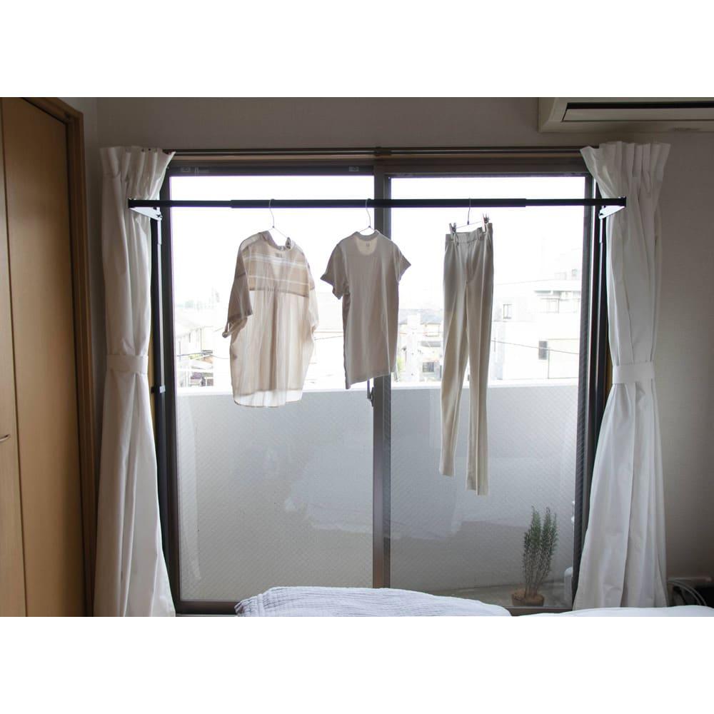 窓枠に収まる角型つっぱりアルミ物干し ※使用例 部屋の中の印象を変えず、必要最低限のスペースでの物干しが可能です。
