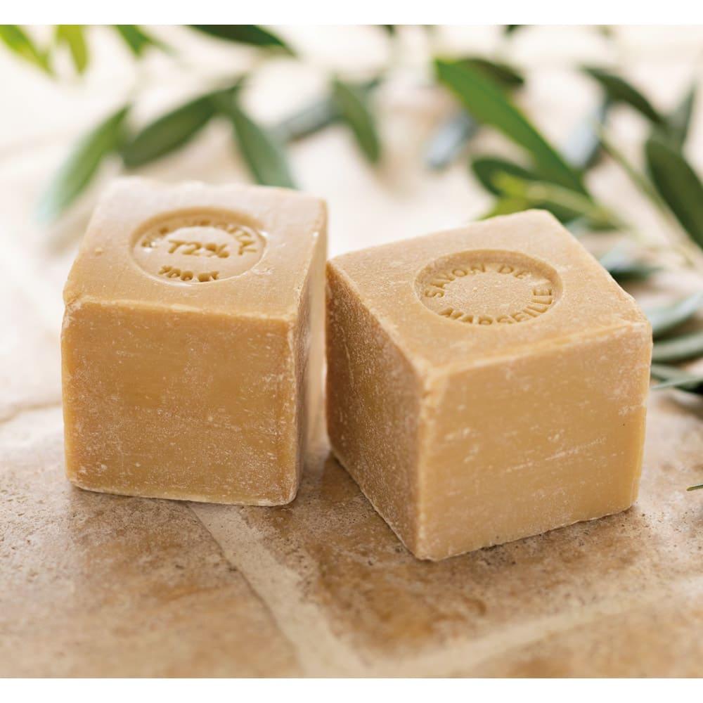 真羽毛ロイヤルダック「まごころ UMOU FUTON」羽毛掛け布団 2枚合わせ掛け布団 洗顔石鹸としても有名なフランスの老舗・マリウスファーブルジューン社の天然植物性マルセイユ石鹸を使用。着色料・香料・添加剤不使用の100%天然植物性油脂で、オリーブオイルがたっぷり含まれているので低刺激かつ保湿力が高いのも特長。