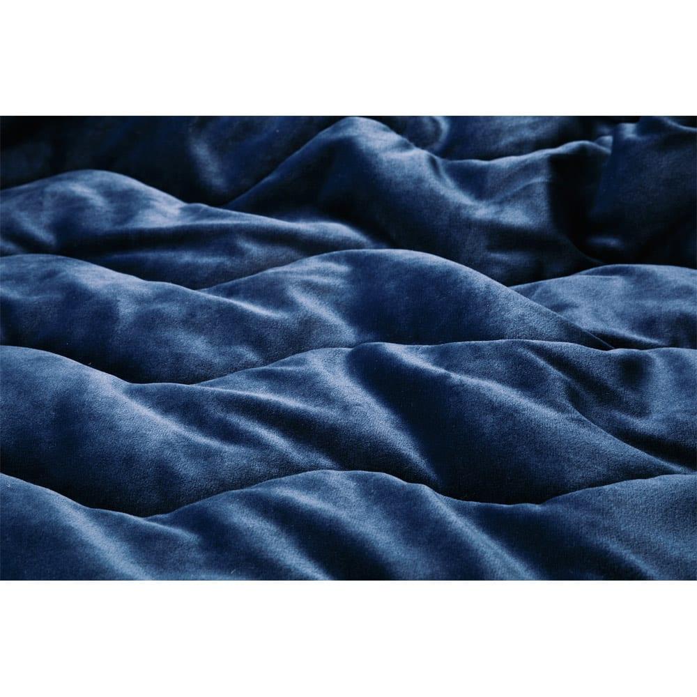 うっとりなめらかパフ 敷きパッド 極細マイクロファイバー糸を使用。密度高く編み上げることで生まれた空気の層が、温かさを逃しません。