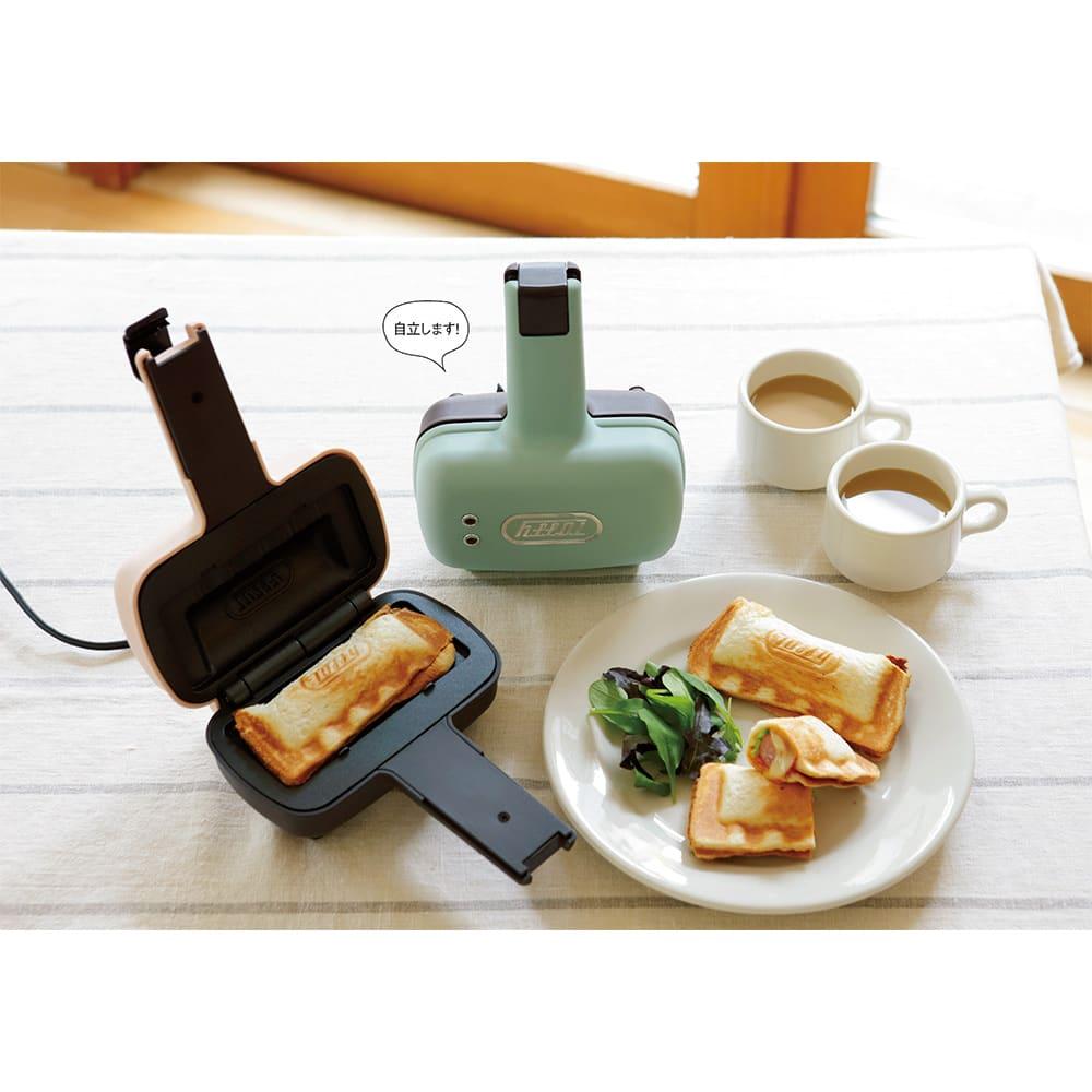Toffy/トフィー 食パン1枚で焼ける電気式ホットサンドメーカー 右から(イ)ペールアクア(ウ)シェルピンク