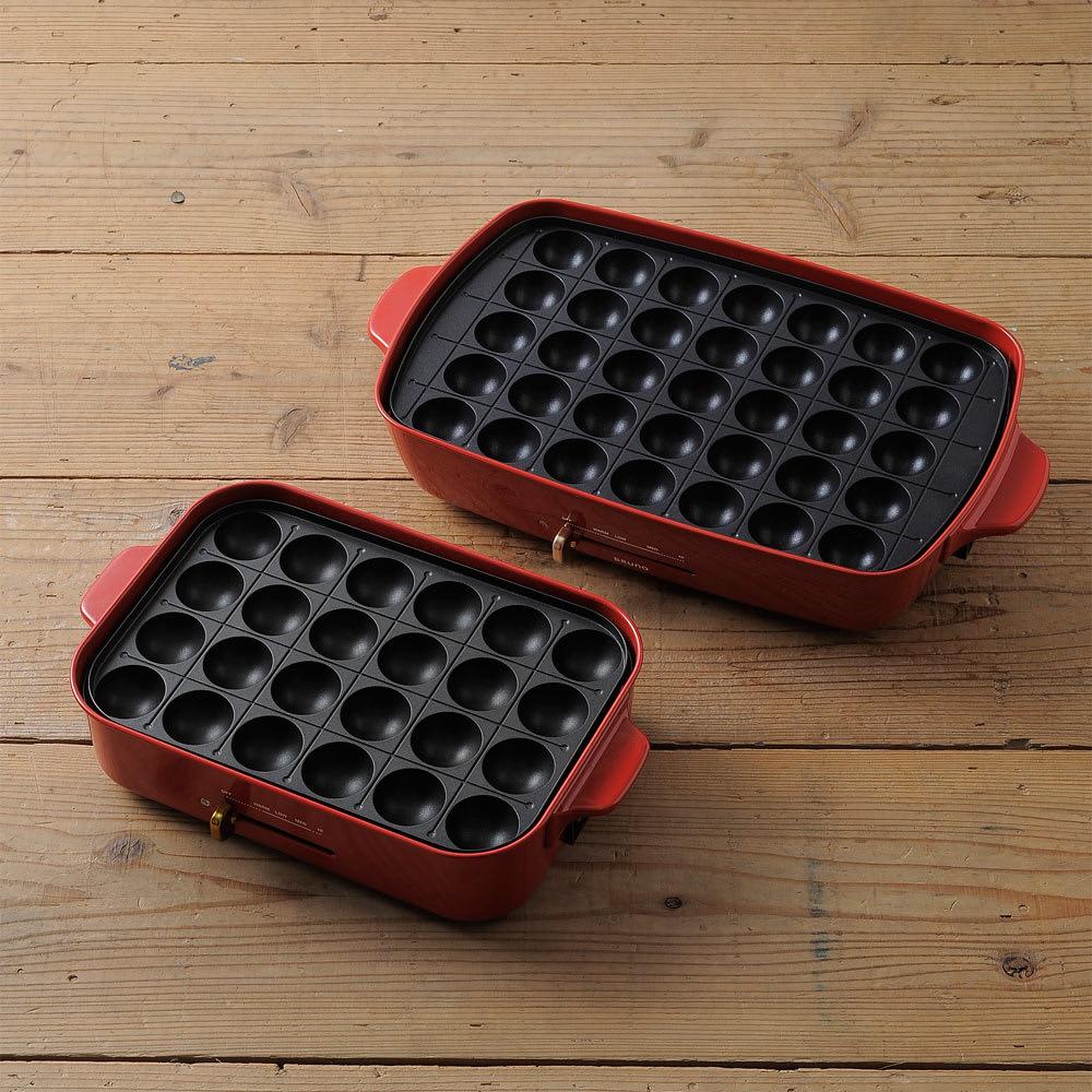 BRUNO/ブルーノ ホットプレート グランデサイズ 左がコンパクトサイズで右側がグランデサイズ。たこ焼きプレートは大玉サイズはそのままに、24穴から35穴に増えました。