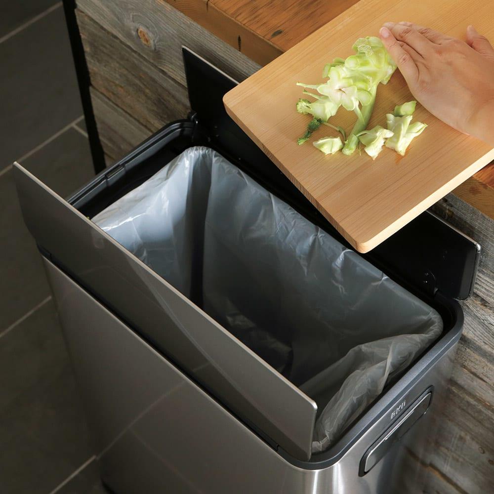 EKOステップビン たて型 ステンレス 30L たて型はカウンターの横に置けば調理中のゴミ捨てがすぐにできて本当に便利!