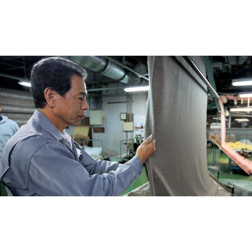 洗える 無染色ブラウンカシミヤ毛布(毛羽部) ハーフケット 繊維がとても細いカシミヤをふっくら起毛させる技術は、20年もの修行を要するとも言われています。