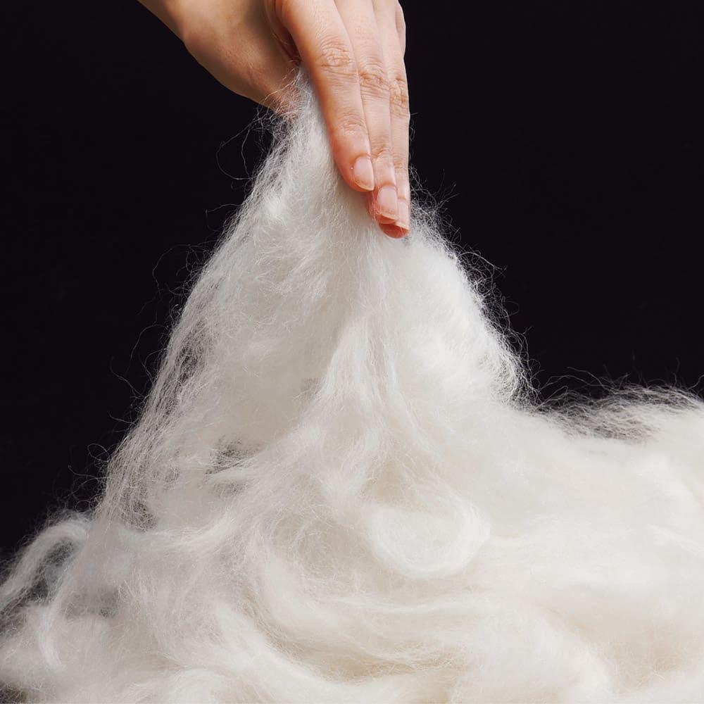 シルクのような光沢となめらかさ プレミアムベビーアルパカ敷き毛布 繊維が細くしっとりやわらかな風合いが魅力の希少なベビーアルパカ素材をたっぷり使用。