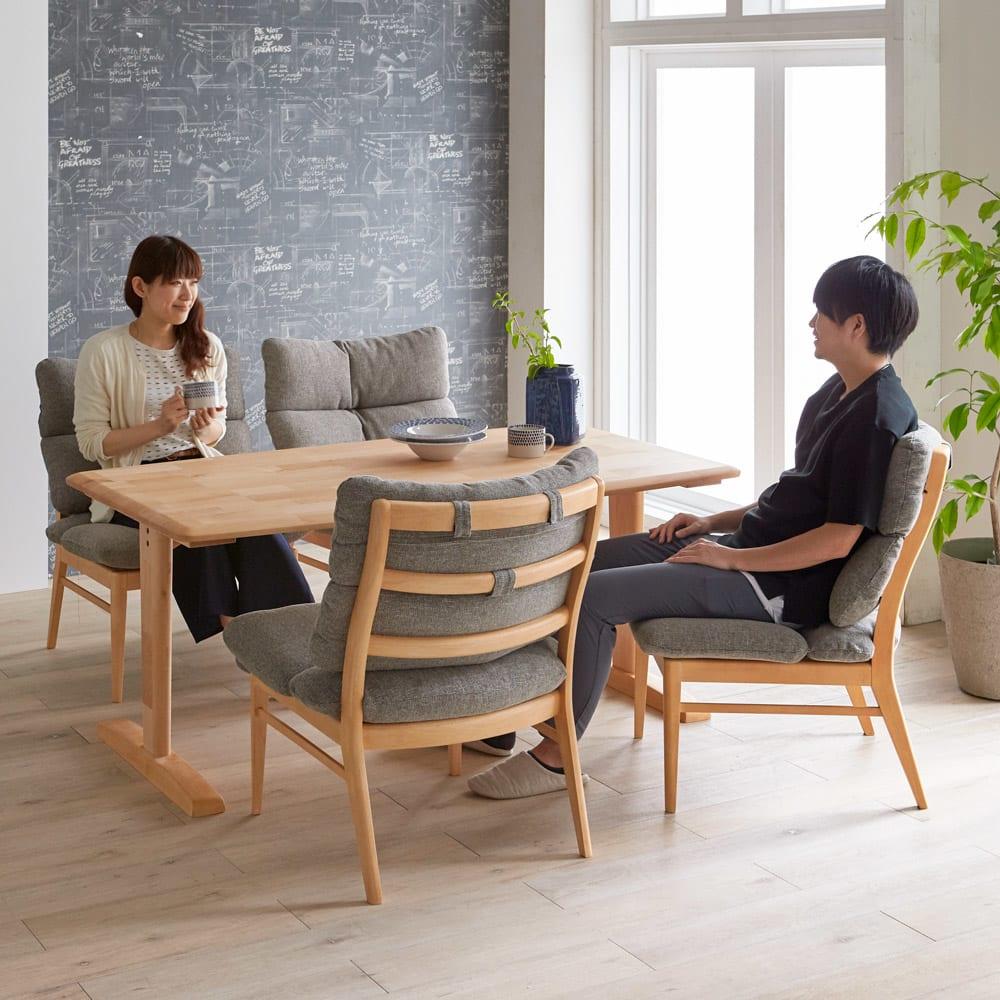 包まれる座り心地のリビングダイニング チェア・ベンチ チェア2脚組 コーディネート例 食事が終わったあとも、ゆったりとダイニングでくつろぎ、会話を楽しむ暮らしを叶えることができます。 ※お届けはチェア同色2脚組です。