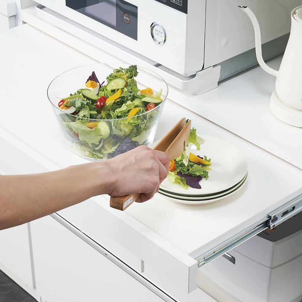 作業カウンター付きコンパクト食器棚 ハイタイプ 幅89cm 盛り付けに便利なスライドテーブル。約30cm引き出せます。