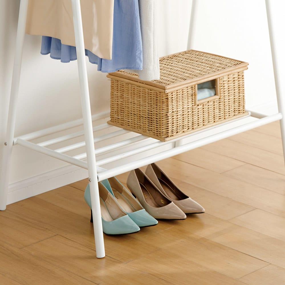 北欧スタイルホワイトA型ハンガー 幅113cm 棚の下は高さ(20.5cm)があるので靴なども置けます。