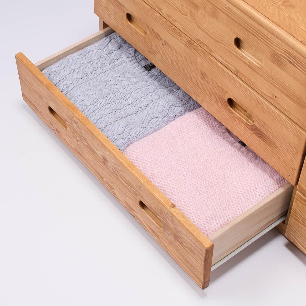 レール付き パイン天然木チェスト 5段 幅89.5高さ96.5cm 収納例 セーターやニットなど厚手のものを収納することができます。