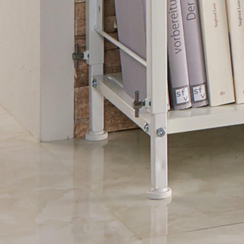 幅・高さ伸縮!スチールローラック(棚4枚・幅伸縮61~89cm) 脚部アップ:高さの伸縮は脚元のツマミで調整します。