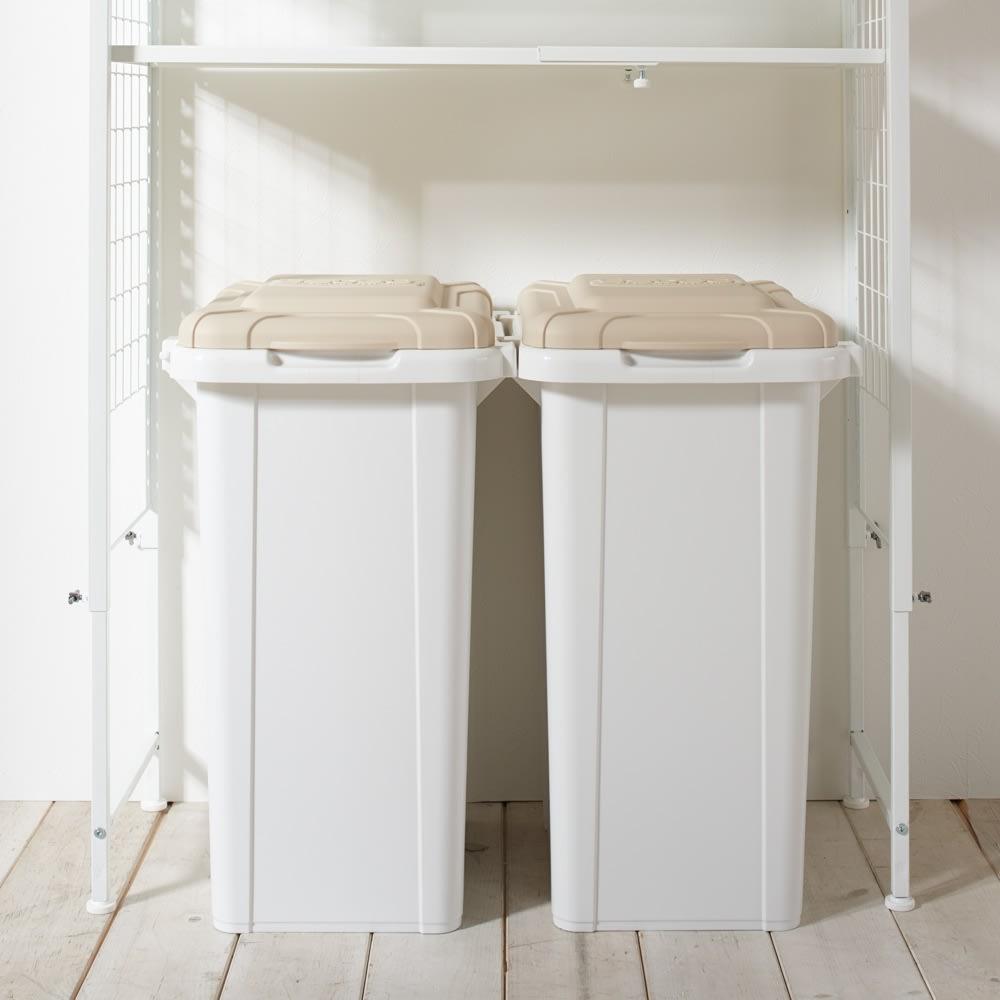 幅・高さ伸縮!スチールローラック(棚4枚・幅伸縮91~119cm) 使用イメージ:一番下の棚板を高めの位置につければ、ゴミ箱上収納ラックような上の空間を利用した収納にもできます。